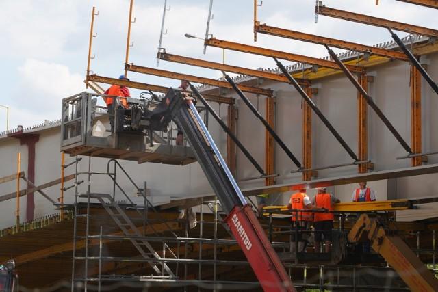Zakończono montaż i scalanie konstrukcji stalowej mostu Lecha, a prace nad jednym z najważniejszych poznańskich mostów drogowych realizowane są zgodnie z harmonogramem.