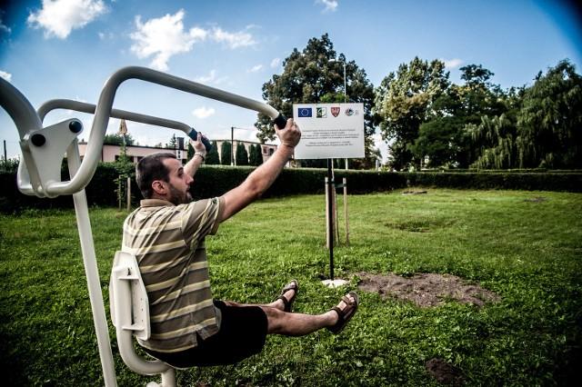 Z siłowni, placu zabaw i stołu do tenisa w Kaźmierzu korzysta coraz więcej osób