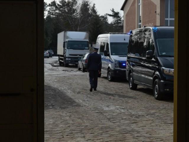 Symboliczne zdjęcie, kapitan Tomasz Urbański po raz ostatni opuszcza mury ZK Czarne, w którym był zastępcą dyrektora