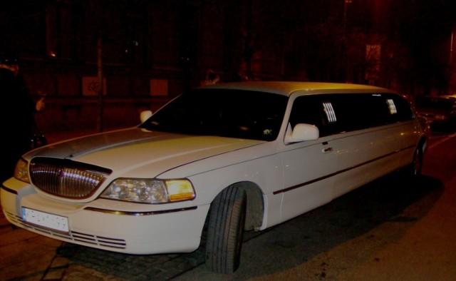 O godz. 20.30 na plac Matejki podjechała limuzyna Lincoln Continental. Fot. Łukasz Mic