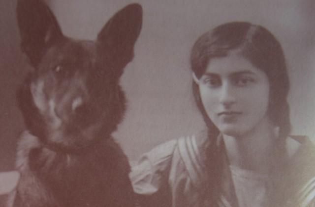 Hanna Białowiejska (późniejsza Marczewska) z ulubionym psem