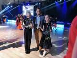 Uczniowski Klub Tańca Sportowego Akcent z Będzina triumfuje. Emilia i Kacper świetnie tańczą, zdobywając kolejne nagrody