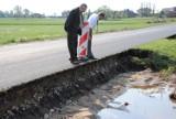 Powiat kaliski: Uwaga kierowcy! Po nocnej ulewie podmyta droga ze Strzałkowa do Madalina. ZDJĘCIA