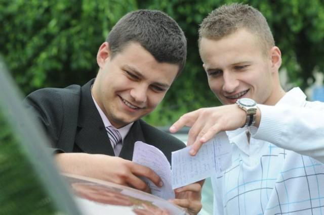 FOT. MARIUSZ KAPAŁA Marcin Ryś i Michał Łukowiak choć uważają, że matura z biologii za łatwa nie była, wierzą, że zdobęda odpowiednią ilość punktów i dostaną się na wymarzyoną medycynę