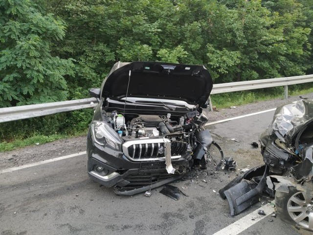 Do groźnego wypadku doszło na drodze krajowej nr 158. Ok. godz. 6.30 za Zwierzynem w kierunku Strzelec Krajeńskich zderzyły się suzuki i volkswagen.  Pierwsi na miejsce dotarli strażacy z Jednostki Ratowniczo-Gaśniczej PSP w Strzelcach Krajeńskich. - Pojazdami podróżowali jedynie kierujący nimi mężczyźni. Obaj odnieśli nieznaczne obrażenia, wydostali się z uszkodzonych aut o własnych siłach. Poszkodowanym udzieliliśmy kwalifikowanej pierwszej pomocy, a następnie przekazaliśmy poszkodowanych Zespołowi Ratownictwa Medycznego – informują strażacy.    Po wypadku droga była zablokowana przez ok. 2 godziny. Konieczne było m.in. usunięcie z jezdni płynów, które wyciekły z aut.   Czytaj także: Korytarz życia na drodze. Jak go utworzyć? Wystarczy przestrzegać kilku zasad!  Wideo: Jak się zachować, kiedy jesteśmy świadkami wypadku?  źródło: Dzień Dobry TVN/x-news