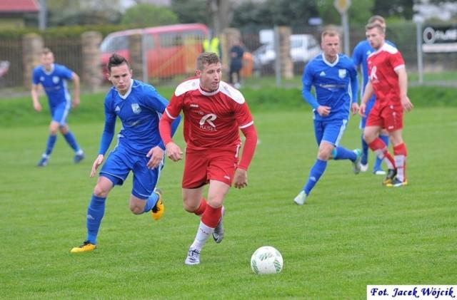 Rasel Dygowo (czerwone stroje) zakończył udział w rozgrywkach 2017/18, po porażce 0:1 z trzecioligową Kotwicą Kołobrzeg