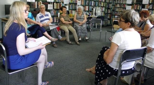 O tolerancji - także na wakacje - debatowano podczas rozmów przy wspólnym stole w Miejsko-Gminnej Bibliotece Publicznej w Busku-Zdroju.