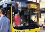 Wypadek w Chorzowie. Przy rynku pieszy wtargnął pod autobus. Ucierpieli pasażerowie pojazdu komunikacji miejskiej