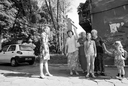 Mieszkamy w gorszej dzielnicy i dlatego nikt o nas nie dba - skarżą się lokatorzy budynku przy ulicy 3 Maja w Dąbrowie Górniczej: Urszula Waldera (od lewej), Krystyna Starzyńska, Teresa Adamczyk, Paulina Starzyńska, Maria Michalska i Karolina Kowal.
