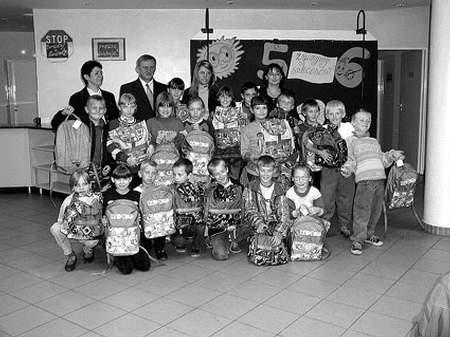 """Uczniowie klas I-III ucieszyły się z otrzymanych tornistrów z ,wkładem""""."""