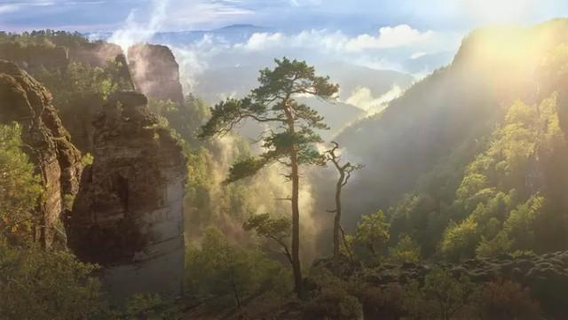 Czeska Szwajcaria  Znajdująca się około 60 kilometrów Zgorzelca Czeska Szwajcaria to miejsce niezwykle romantyczne. Jej symbolem jest największa w Europie naturalna skalna brama – Brama Pravčicka.