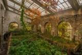 Opuszczone miejsca pod Warszawą. Niesamowity klimat niszczejącej szklarni w obiektywie Szarego Burka