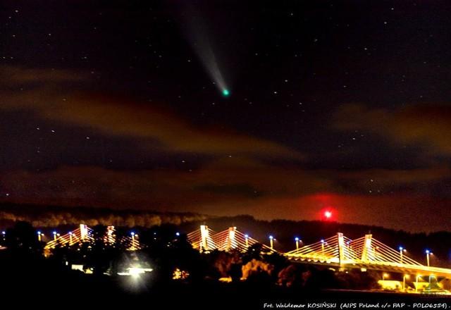 Kometę Neowise udało się uchwycić nad mostem w Korzeniewie.