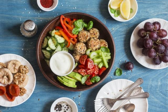 Kolacja to pełnoprawny posiłek, z którego warto nie rezygnować nawet przy odchudzaniu! Wystarczy wybrać odpowiednią porę oraz właściwe produkty i dania, by nie tylko zjeść ze smakiem, ale też zapewnić sobie dawkę niezbędnych składników odżywczych. Sprawdź, co można zjeść na kolację, by było lekko i zdrowo – polecamy 10 pomysłów na pyszne i sycące potrawy!