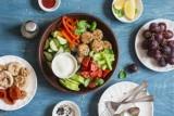 Kolacja w stylu fit. Co można zjeść, by nie tyć i dobrze spać? O której jeść kolację i ile kalorii spożywać? Pomysły na zdrowe kolacje