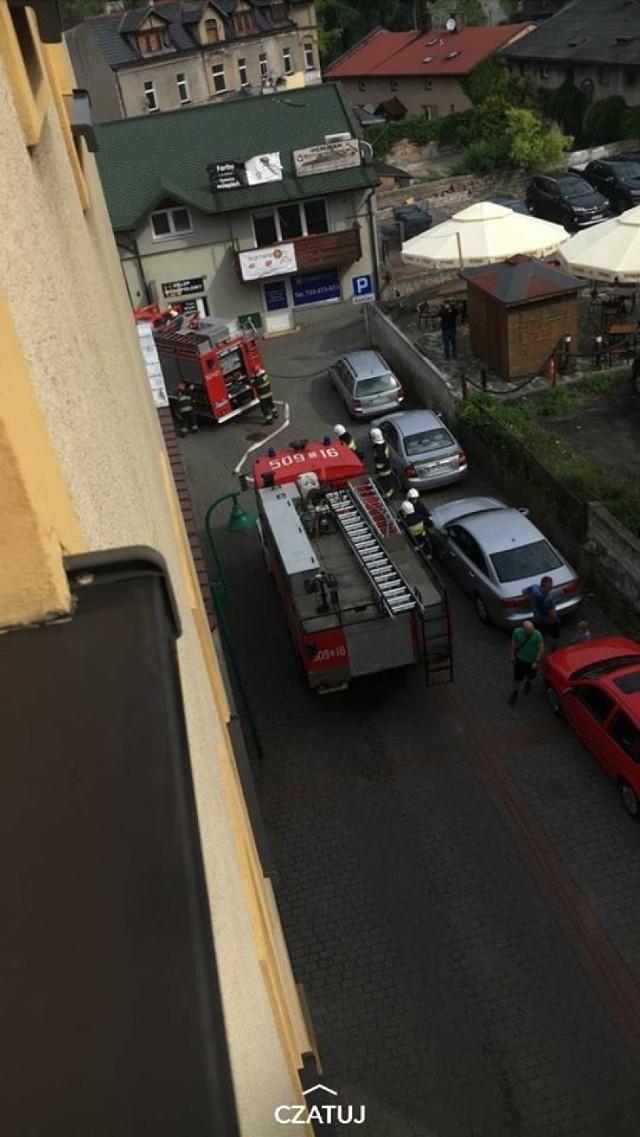 Strażacy interweniują w sprawie pożaru food trucka.