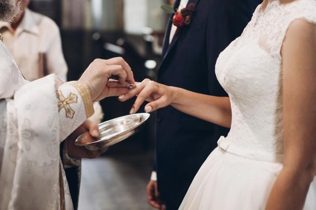 Planujesz ślub kościelny po 1 czerwca 2020 roku? Zapoznaj się z nowymi przepisami, które ustanowił Kościół katolicki w sprawie zawierania małżeństw. Według nowych zasad, ksiądz będzie miał prawo zapytać narzeczonych o poprzednie związki, przebyte terapie, a nawet ewentualną impotencję u kandydata na męża! Co jeszcze ulegnie zmianie? Wyjaśniamy w materiale.