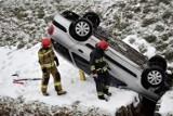 Samochód wpadł do koryta rzeki w Sławnie. Dosłownie się w nie wbił ZDJĘCIA, WIDEO