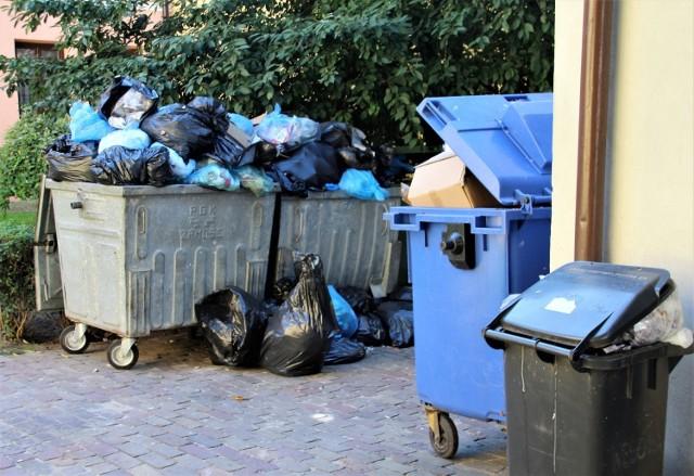 Przepełnione kontenery na śmieci to niestety częsty widok na zamojskim Starym Mieście