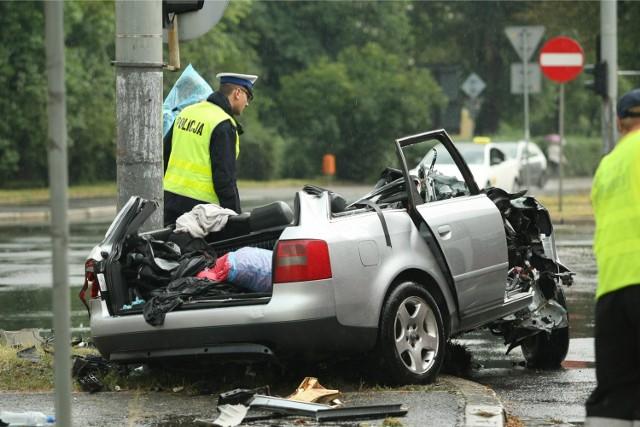Wypadek na ulicy Grabiszyńskiej, na skrzyżowaniu z Zaporoską i Szpitalną. W niedzielę około godziny 7 rano rozpędzony samochód uderzył w słup. Ciężko ranne zostały 3 osoby jadące w środku - to mężczyźni w wieku od 30 do 40 lat. Zostali w ciężkim stanie zabrani do wrocławskich szpitali. Jednemu z mężczyzn już na miejscu wypadku trzeba było amputować dwie nogi. Trafił on do szpitala na ulicę Borowską, od razu na stół operacyjny.