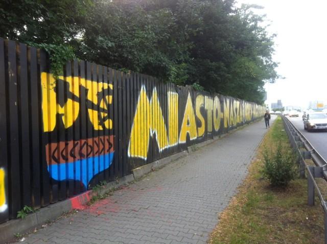 Graffiti GKS-u Katowice przy DTŚ znów odnowione. Kibice GieKSy szybko odpowiedzieli na akcję Niebieskich