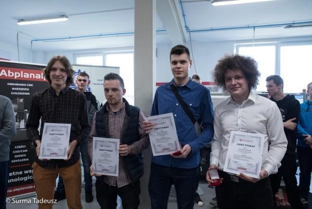 Uczniowie CKP dostali certyfikaty, co oznacza, że znają się na maszynach numerycznych.