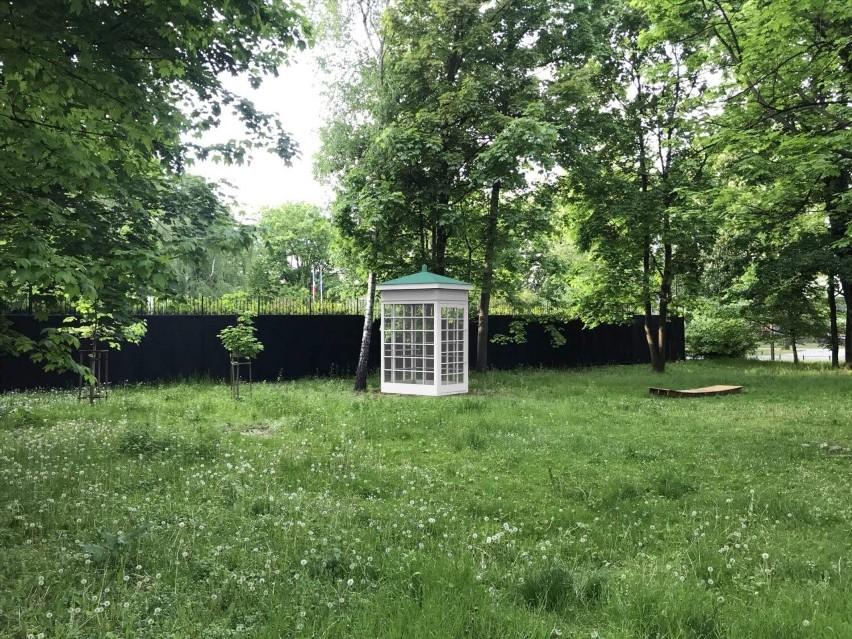''Telefon na wietrze''. Na Jazdowie stanie budka telefoniczna do rozmów ze zmarłymi. Ma pomóc warszawiakom przeżyć żałobę