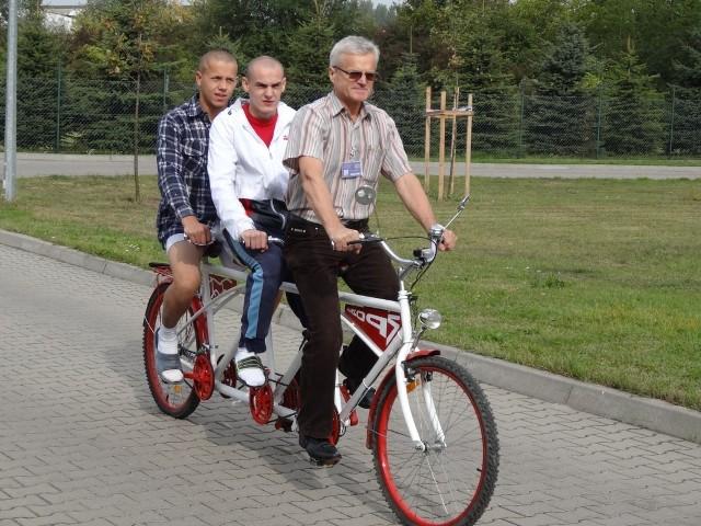 Poznań: Podopieczni Zakładu Poprawczego skonstruowali rower dla trzech osób