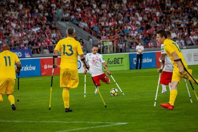 Krystian Kapłon (przy piłce) w niedzielnym meczu Polska - Ukraina