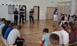Mundurowi z puckiej komendy odwiedzili szkołę w Łebczu: lekcja o bezpieczeństwie podczas wakacji | NADMORSKA KRONIKA POLICYJNA