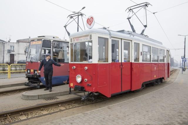 """Zabytkowa """"czerwona eNka"""" będzie kursować na walentynkowej linii w sobotę (15 lutego) w godz. 10-16 na trasie Las Gdański - Rycerska"""