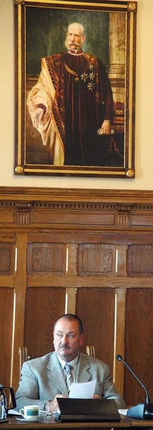 Podczas sesji pod portretem cesarza Franciszka Józefa I siedzi burmistrz Bogdan Ficek.