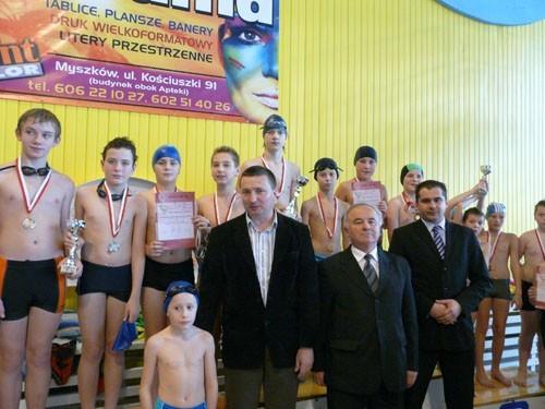 Medaliści pływackich zawodów w kategorii szkół podstawowych chłopców