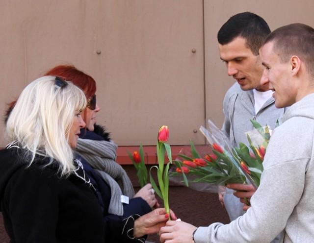 Piłkarze GKS Tychy wręczali kwiaty