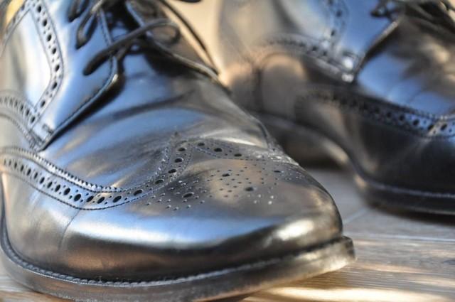 Mężczyzna ukradł buty, bo wybierał się na spotkanie z dziewczyną. Za karę ma mandat do zapłacenia.