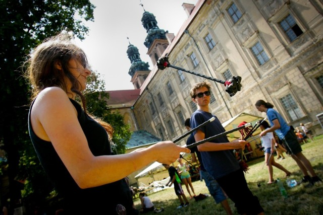 W Lubiążu co roku odbywa się Slot Art Festival. Ale nie tylko w czasie festiwalu można się tam wybrać, bo warto. Opactwo Cystersów w Lubiążu powstało w 1150 roku, a założycielem klasztoru był Bolesław Wysoki. W podziemiach klasztoru zostało pochowanych sześciu władców z dynastii Piastów.