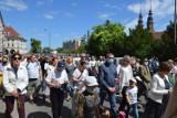 """Boże Ciało 2021. Tłum wiernych na procesji z katedry do kościoła na """"górce"""" w Opolu [ZDJĘCIA]"""