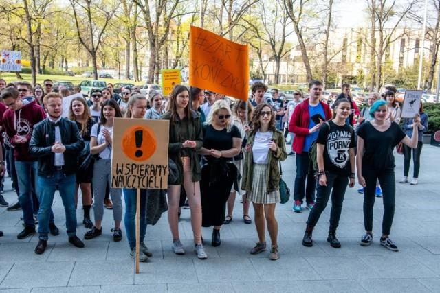 """Strajk nauczycieli wciąż trwa. Wiele osób i instytucji popiera strajkujących. Na środę zaplanowano ogólnopolską akcję pn. """"Wielka Środa dla nauczycieli"""" mającą na celu wyrażenie wsparcia dla pedagogów biorących udział w strajku."""