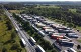 Kierowcy tirów czekają 27 godzin na przekroczenie polsko-ukraińskiej granicy w Korczowej [ZDJĘCIA, WIDEO]