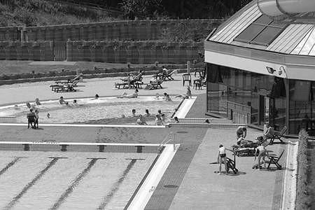 Dzięki wakacyjnej obniżce cen biletów wstępu, dąbrowski park wodny wreszcie zaroił się od dzieciaków. Fot: Olgierd Gorny