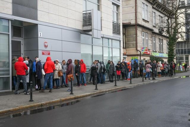 Mimo że sezon wakacyjny jeszcze się nie zaczął, oddział paszportowy w Poznaniu już teraz przeżywa oblężenie. Kolejki ustawiają się jeszcze przed rozpoczęciem pracy urzędu.