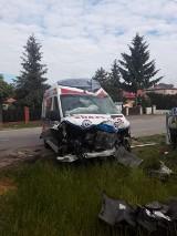 Wypadek w Elizówce pod Lublinem. Kierowca karetki zignorował znak STOP i zderzył się z osobówką. Zobacz zdjęcia