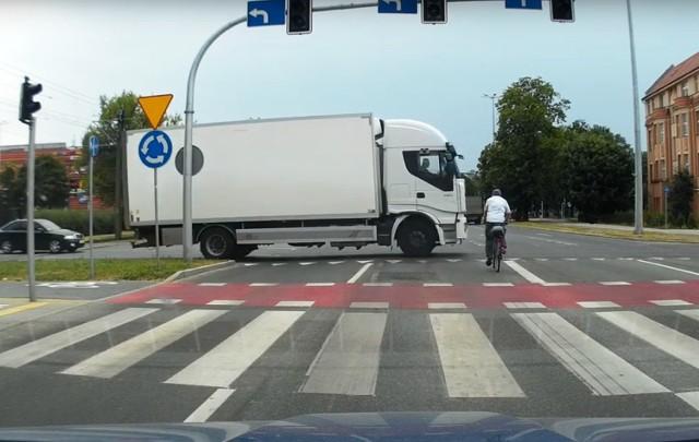 Rowerzysta - dzięki temu, że przejechał na czerwonym - zyskał kilka cennych sekund. Nie wyglądało jednak, by gdzieś się spieszył. Może uznał, że sygnalizacja dotyczy tylko kierowców aut?