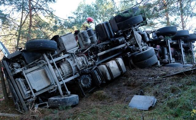 Ciężarówka z naczepą zablokowała drogę wojewódzką 236 w Drzewiczu