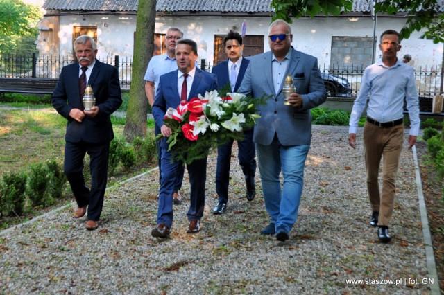 Burmistrz Staszowa, Leszek Kopeć (z kwiatami) i radni miejscy upamiętnili bohaterów.