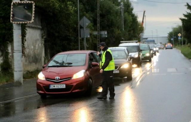 Rząd pracuje nad projektem zmian w przepisach związanymi z karami za brak przeglądu samochodu. Szykują się nowe, wysokie kary, które mają na celu wyeliminowanie z polskich dróg pojazdów zagrażających bezpieczeństwu. >>>>>