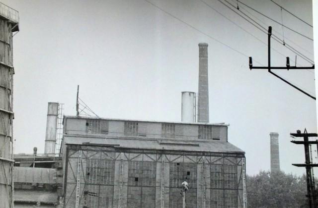 Starachowicka Elektrociepłownia z drewnianą chłodnią kominową, obok Wielkiego Pieca, dziś plac składowy materiałów budowlanych,