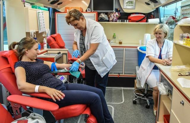 Przy okazji po raz kolejny zachęcamy Państwa, by oddawać krew. Wakacje to trudny czas dla banków krwi