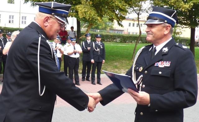Gratulacje z okazji jubileuszu 120-lecia na ręce prezesa jednostki Jerzego Oknińskiego (z lewej) złożył starosta buski Jerzy Kolarz.