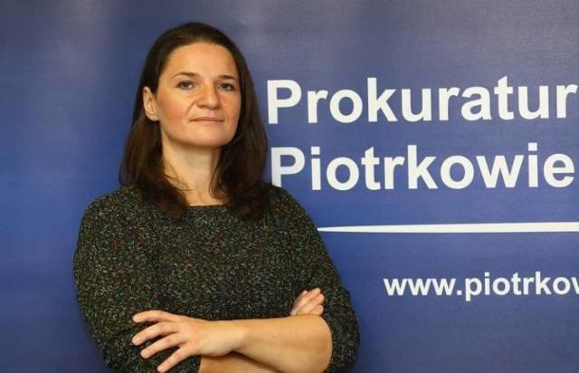 Co najmniej 6 tysięcy świadków jest do przesłuchania w związku ze sprawami oddziałów Centrum Nauki i Biznesu Żak, działających w Tomaszowie, Bełchatowie oraz w Radomsku. Wyliczyła to w piątek Prokuratura Okręgowa w Piotrkowie (jej rzecznik, prokurator Magdalena Czołnowska-Musioł, na zdjęciu). Przed tygodniem napisaliśmy o przesłuchaniach, innych 6 tys. byłych uczniów, zaplanowanych w oddzielnym śledztwie dotyczącym oddziału Żaka w Łodzi. Zatem w naszym regionie można się już doliczyć ponad 12 tys. osób, wzywanych na komisariaty, aby ustalić, czy Żak zawyżał frekwencję na zajęciach – w celu sięgnięcia po wyższe dotacje za prowadzenie edukacji.  >>> Więcej informacji przy kolejnej ilustracji >>>